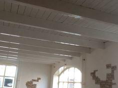 Wit balken plafond Victorian Farmhouse, Interior Inspiration, Track Lighting, My House, Blinds, Restoration, Sweet Home, House Design, Ceiling Lights
