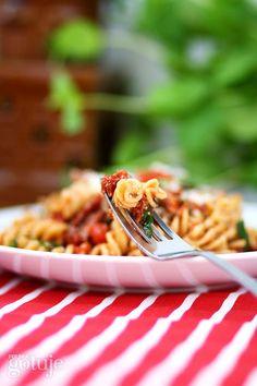 Makaron zrukolą i pomidorami
