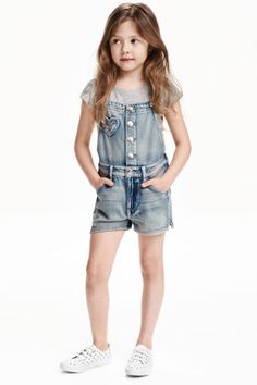 Overall shorts in soft washed denim with adjustable suspenders. Heart-shaped bib pocket, side pockets, and back pockets. Snap fasteners at front, zip fly, and short slits at hems. Denim Dungaree Shorts, Overalls, Salopette Short Jean, Denim Claro, Short Court, Cute Girl Outfits, Kid Styles, Kids Girls, Teen Kids