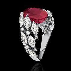 Alexandre Reza : bague Twist en or blanc, diamants taille marquise (4.31 cts) et brillant entourant un rubis de Birmanie de 7.03 cts.