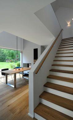 Holztreppe: moderne Esszimmer von GRIMM ARCHITEKTEN BDA