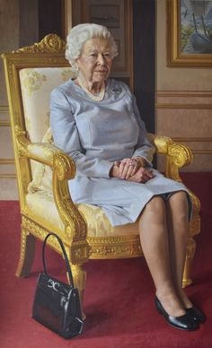 NEW: A new portrait of The Queen has been commissioned to celebrate 100 years of the Royal Air Force Club. Queen Elizabeth Portrait, Queen Elizabeth Ii, Royal Uk, Royal Queen, Santa Lucia, Belize, Uganda, Papua Nova Guiné, Trinidad E Tobago