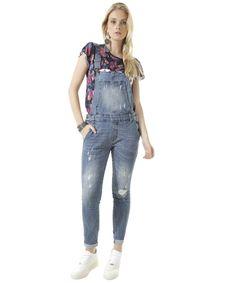 Esse macacão foi confeccionado em jeans com elastano. O modelo se destaca pela lavagem com rasgos e puídos. A parte frontal tem três bolsos enquanto a parte posterior tem dois. O fechamento é duplo, sendo por botões nas laterais e por encaixe nas alças com regulagem. A barra é dobrada.  Deixe seus looks mais estilosos apostando nesse macacão!  Composição: 98% Algodão 2% Elastano  Modelo Veste: 38 Altura: 1,77m Busto: 863cm Cintura: 61cm Quadril: 93cm