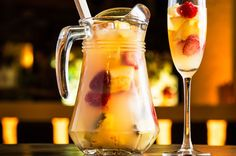 Do you want to prepare a perfect white Sangria? Here it is for you a couple of great recipes to shake your Sunday! Sangria Vodka Recipe, Mango Sangria, Alcoholic Punch Recipes, White Wine Sangria, Sangria Recipes, Alcoholic Beverages, Mojito, Spanish Cocktails, No Bake Desserts