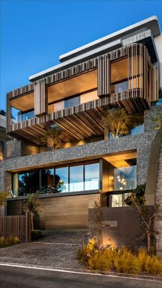 Situated on a very steep site with spectacular ocean and mountain views in Cape Town, South Africa , Kloof 145 residence designed by Cape Town-based architectural firm SAOTA.   #architecture #architect #amazing #travel #amazing #decor #interior #interiordesignideas #interiordesigner #design #diy #home #house  #capetown #southafrica #saota #garden #beach #beachhouses Design Exterior, Wall Exterior, South African Homes, Flur Design, Modern House Design, Luxury Real Estate, Cape Town, Luxury Homes, Luxury Cars