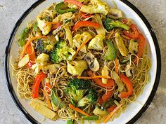 A hugely popular dish at Harvest Vegetarian Kitchen, this scrumptious vegetable Singapore Vermicelli is gluten free as well as meat free. Vermicelli Recipes, Rice Vermicelli, Vegan Curry, Vegan Vegetarian, Vegetarian Recipes, Vegan Food, Gluten Free Recipes, Low Carb Recipes, Recipes