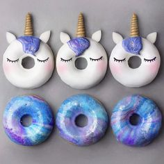 Unicorn or Galaxy? 🦄🚀🌌🍩 Donuts with galactic glaze, made using blue spirulina & pitaya powder from 💙💜 Love making galactic desserts! Delicious Donuts, Yummy Food, Unicorn Foods, Unicorn Donut, Cute Baking, Cute Donuts, Donuts Donuts, Donut Decorations, Creative Wedding Cakes