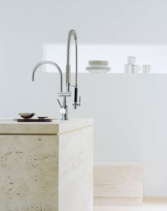 Modern kitchen with kitchen faucet with flexible spray by Dornbracht / Tara Classic Collection Shaker Kitchen, Kitchen And Bath, Kitchen Sinks, Minimalist Interior, Minimalist Design, Kitchen Interior, Interior And Exterior, Kitchen Decor, Interior Design