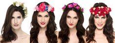 Alquila ya tu tocado en www.lamasmona.com desde tan solo 30€! Tenemos canotiers, coronas de flores, turbantes, bandas y muchos más. En esta foto CORONAS DE FLORES