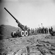 An American-built 'Long Tom' gun of Heavy Regiment, Royal Artillery, at Vergato, Italy. Ww2 Weapons, Military Weapons, Military Art, Us Army Rangers, British Armed Forces, Falklands War, Military Pictures, World Of Tanks, Big Guns