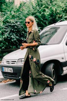 Que tal usar a chemise verde militar sobre a calça de alfaiataria, com direito a um bom mocassim? O resultado é elegante e fluido. Adoramos também a mule preta!