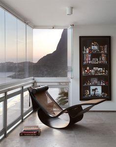 Obras de arte e móveis de design assinado no apartamento carioca