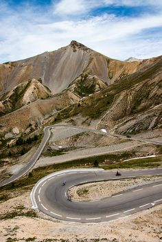 Col D'Izoard, France (by Robbie Shade) Places To Travel, Places To Visit, Dangerous Roads, Beautiful Roads, Destination Voyage, Winding Road, Photos Voyages, Road Cycling, Road Trip