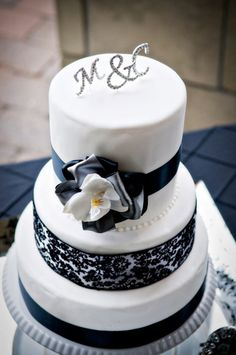 wedding cake black and silver