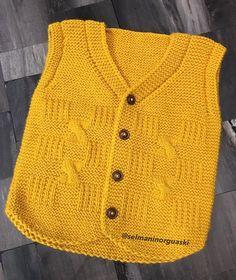 """Selma Döşkaya'nın Örgü Dünyası su Instagram: """"🎄Yeni yılın yeni örneği🎄severek tasarladım ve ördüm ben çok beğendim🥰sizce? @atabayhulya sevgili torunu için ördüm iyi günlerde…"""" Boys Knitting Patterns Free, Baby Cardigan Knitting Pattern, Knit Vest, Baby Knitting Patterns, Baby Patterns, Baby Shorts, Baby Overall, Knit Baby Sweaters, Baby Coat"""