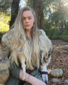 Old Norse Names for Girls. Do you know what is the difference between the female figures in Old Norse sagas and others? Old Norse female figures didn't play the harps in the luxurious palace. Instead, they wielded the weapons to stand tall by themselves. Viking Life, Viking Woman, Viking Queen, Viking Girl Names, Female Viking Names, Female Warrior Names, Female Viking Costume, Old Female Names, Arte Viking