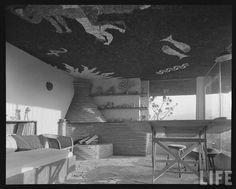 Max Cetto: taller del arquitecto y estudio en la casa Cetto, Jardines del Pedregal, México D.F., 1949 Max Cetto: workshop and studio of Cetto's house, Jardines del Pedregal, Mexico City, 1949 Foto: Eliot Elisofon, 1951 via LIFE
