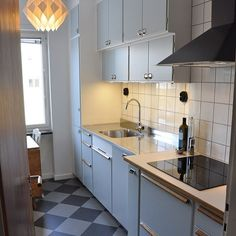 Någonstans i Uppsala: Ännu ett fantastiskt fint funkiskök byggt på metodskåp… Kitchen Inspirations, Home Decor Kitchen, Kitchen Flooring, Charming Kitchen, Retro Kitchen, Vinyl Flooring Kitchen, Kitchen Interior, Vintage Kitchen, Interior Design Living Room