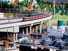 In diesen Behältern im Hamburger Ölhafen werden Treibstoffe unterschiedlicher Art vorrätig gehalten.