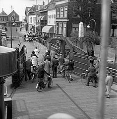 554_34520 Mensen verlaten het veer aan het Veerplein in Zwijndrecht - Regionaal Archief Dordrecht Family Roots, My Family, Childhood Memories, Street View, Vintage, Vintage Comics