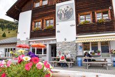 Das Bärenland in Arosa im Schweizer Kanton Graubünden ist eine wunderbarer Ausflugstipp für die ganze Familie. Es gibt zahlreiche schöne Aktivitäten, die sich mit dem Besuch des Bärenlands in Arosa verbinden lassen für einen tollen Tag in den Schweizer Bergen. Kanton, Bergen, Table Decorations, Outdoor Decor, Travel, Furniture, Home Decor, Arosa, One Day Trip