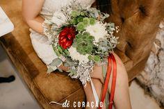 Buquê feito a mão e Dê.Coração - Rústico, fluído e orgânico. Um buquê onde a suculenta é só charme casando com uma flor marsala bem diferentona!