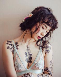 Flores tatuadas en la piel contra la ley que prohíbe los tatuajes en Corea del Sur