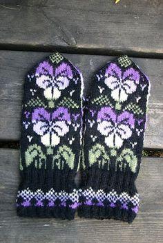 Ravelry: Pensé pattern by Solveig Larsson Knitted Mittens Pattern, Knit Mittens, Knitted Gloves, Knitting Socks, Knitting Machine Patterns, Fair Isle Knitting Patterns, Knitting Charts, Wrist Warmers, Hand Warmers
