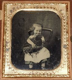 Little Girl and Her Pet Hen Vintage Children Photos, Vintage Pictures, Old Pictures, Old Photos, Vintage Kids, Vintage Images, Old Photography, History Of Photography, Vintage Photographs