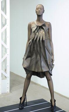 Issey Miyake - Origami Please « « Oakazine Oakazine Origami Fashion, 3d Fashion, Fashion Line, Fashion Dresses, Art Conceptual, Japanese Fashion Designers, Feather Dress, Sculptural Fashion, Black Turtleneck