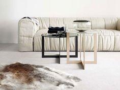 Sofá e mesa de apoio