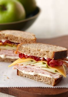 Orchard Harvest Turkey Sandwich – Pack this bacon-topped sandwich for your little ones. With the combination of cheese, turkey, and a hint of apple, it's sure to be a hit as a back-to-school sandwich. Slider Sandwiches, Cold Sandwiches, Turkey Sandwiches, Sliders, Avocado Sandwich Recipes, Lunch Box Recipes, Lunch Ideas, Bacon Dishes, Tasty