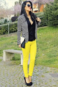The yellow pants make this outfit. Looks professional and stylish. Striped Blazer Outfit, Look Blazer, Striped Jacket, Blazer Outfits, Casual Outfits, Cute Outfits, Striped Cardigan, Yellow Jeans Outfit, Casual Dressy