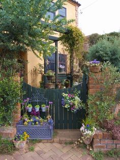 Decorate with flowers around the arbor Backyard, Patio, Edible Plants, Flower Beds, Garden Styles, Plant Decor, Bellisima, Garden Design, Home And Garden
