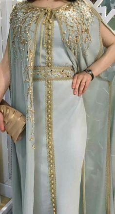 Fashion Arabic Style Illustration Description Caftan rénové – Read More – Arab Fashion, African Fashion, Pakistani Dresses, Indian Dresses, Abaya Mode, Morrocan Dress, Hijab Stile, Arabic Dress, Caftan Dress