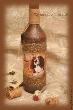 Бутылка `Охота`. Необычное оформление бутылок в подарок. Удивите друзей!   Бутылка выполнена в технике декупаж с имитацией кожи и чеканки. Работу защищает многослойное лаковое покрытие. В таком же стиле можно выполнить разные предметы интерьера.