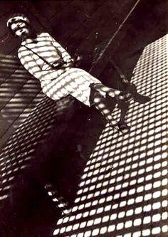 Alexander Rodchenko Photographie: Girl with leica Man Ray Photography, Photography Gallery, Modern Photography, Black And White Photography, Street Photography, Photography Ideas, Alexander Rodchenko, Alfred Stieglitz, Bilbao