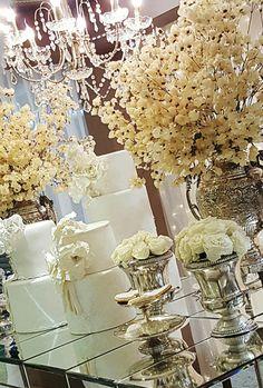 Mesa do bolo com Bouganville e acessórios prata ❤️❤️❤️ by Jonatas Meirelles