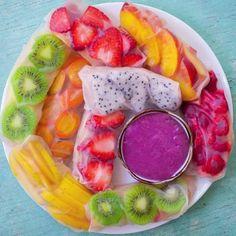 Springroll couleur Pour mettre de la couleur dans l'assiette, on joue avec les fruits de saison. Ils ont tous tout bon !  La recette ? Kiwi+ fraise + pêche + framboise +fruits du dragon + abricots + mangue