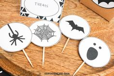 Loving these free halloween decorations. They are the perfect addition for my next Halloween Party or get together. Loving the simple modern design. Free Halloween Party Printable.