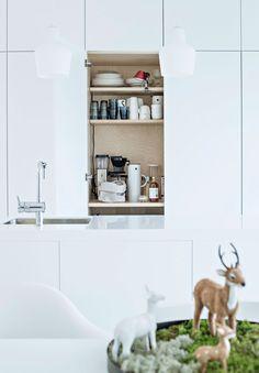 Keittiön kaapistoon kätkeytyy aamiaiskaappi koneineen ja leipineen.