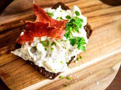 Klassisk hønsesalat med sprød parmaskinke | foodfanatics opskrifter