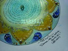 Mandala em aquarela com detalhes azuis, amarelo, dourado e verde náutico com frase circular ao centro. Diâmetro médio de 25cm. Moldura padrão branca com vidro.