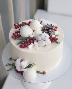 Tired of buying ready-made cake and their classic images? So now it's your turn to create amazing cakes. Here are the easily applied cake decoration techniq Dessert Cake Recipes, Fun Desserts, Christmas Desserts, Christmas Baking, Winter Torte, Cookie Cake Designs, New Year's Cake, Berry Cake, Cake Tasting