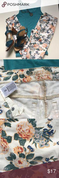 Bullhead Black floral jeans Bullhead Black, sz 3, amazing floral skinny jeans, so much stretch. 30in inseam,  5in ankle. BEAUTIFUL 🌺🌸🌼 Bullhead Jeans Skinny