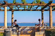 La fascinante Lisboa · National Geographic en español. · Rutas y escapadas   Alfama  El mirador de Santa Lucía se asoma sobre los tejados rojos de Alfama que descienden hasta alcanzar el río Tajo.