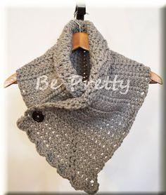 Gola de crochet, em lã cinzenta fofinha, com aplicação de botão. - Crochet cowl, in fluffy gray wool , with black button application.