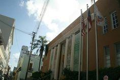 Cámara de Comercio 9:02 a.m. domingo, 27 de octubre de 2013. Aquí se puede observar que el orden en el cual están izadas las banderas es el correcto. Lo que rompe con lo que establece el código de banderas de Puerto Rico es que están izadas en fines de semana, por lo que rompe con el articulo 5 sección A.