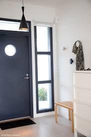 Ulko-oven päällä ja vieressä ikkuna.