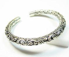 Ce bijou argent indien est un jonc en argent entièrement ciselé et gravé à la main. C'est un très beau bijou argent, original et raffiné.La taille de ce bracelet est réglable au poignet.